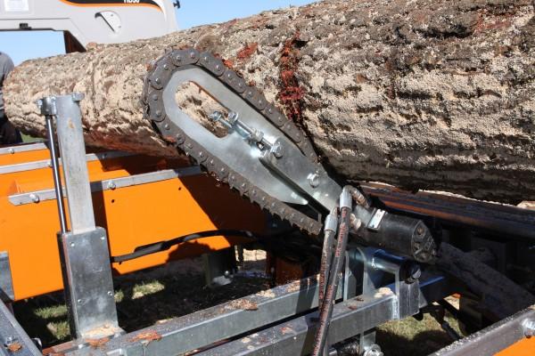 Píla Norwood s hydraulickým obracákom kmeňa